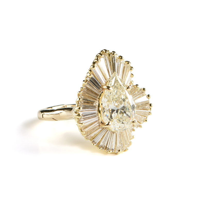 A YELLOW GOLD AND PEAR SHAPED DIAMOND LADY'S RING,