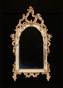 A GEORGE II STYLE CARVED AND PARCEL GILT WOOD MIRROR, 20TH CENTURY,
