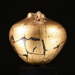 A CONTEMPORARY SPECKLED AND GILT TERRACOTTA TWO HANDLED VASE ON BLACK LINOLEUM PEDESTAL, LATE 20TH CENTURY,